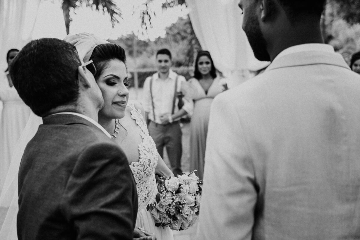 entrada da noiva noiva sorrindo com o pai fotografia de casamento casar de dia fotografia de casamentos rancho ribeiros fotos por caio henrique