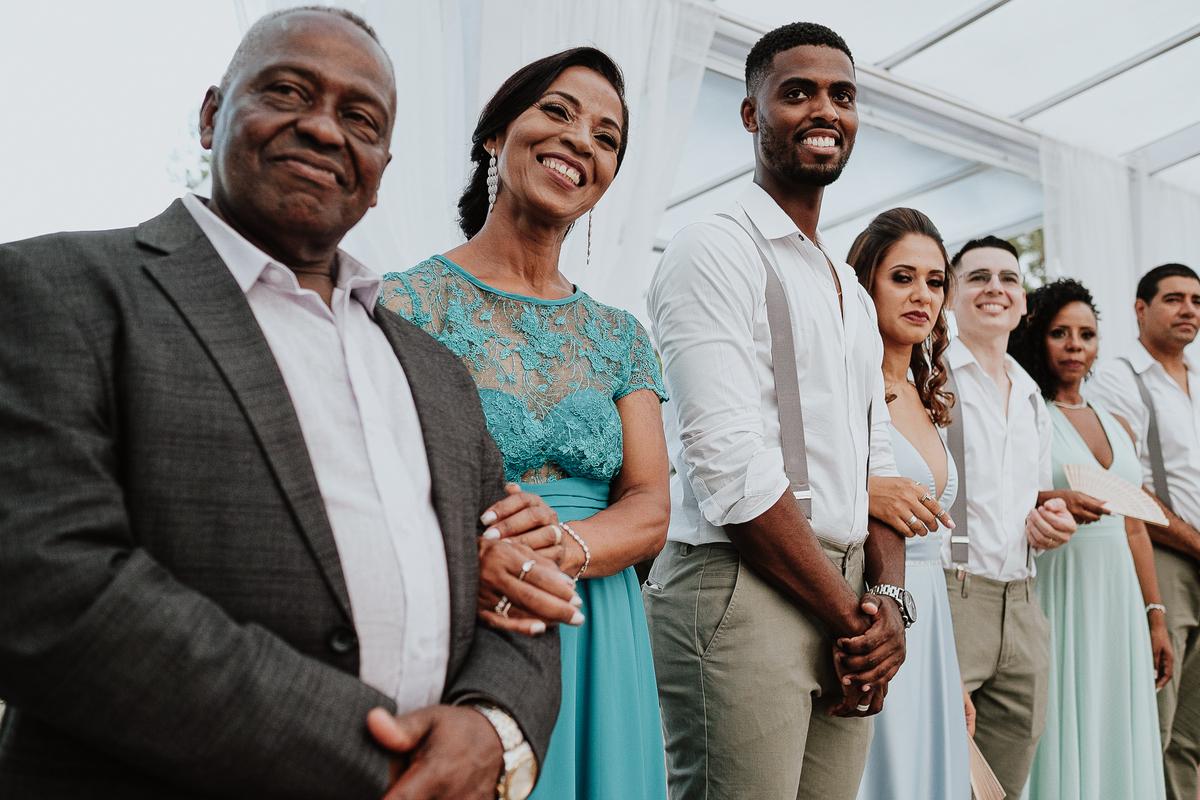 noivos sorrindo fotos espontaneas cerimonias de dia ao ar livre fotografia de casamento casar no campo pais do noivo