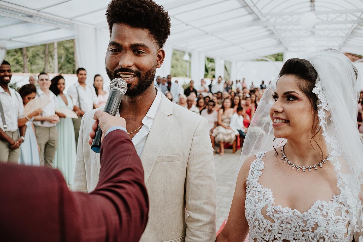 noivos sorrindo fotos espontaneas cerimonias de dia ao ar livre fotografia de casamento casar no campo