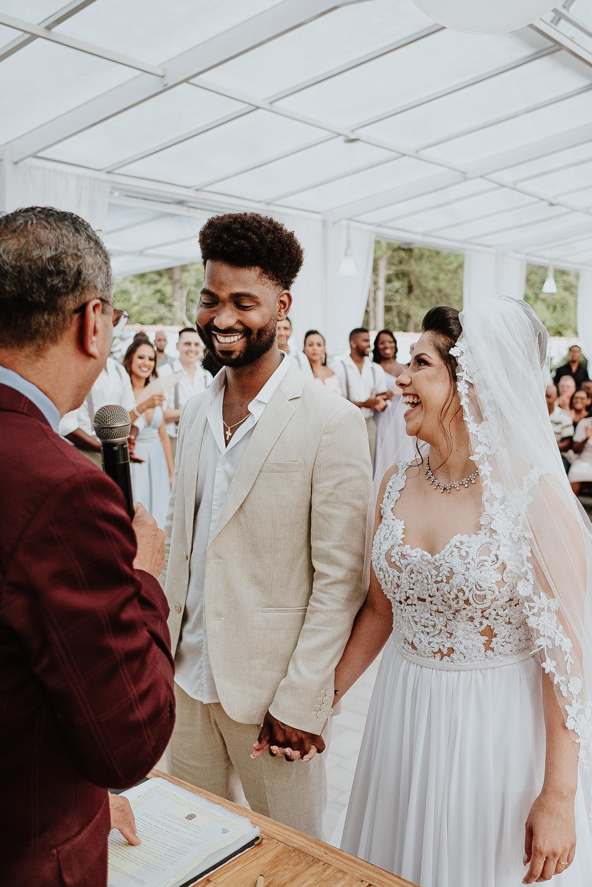 noivos sorrindo fotos espontaneas cerimonias de dia ao ar livre fotografia de casamento casar no campo fotos por caio henrique