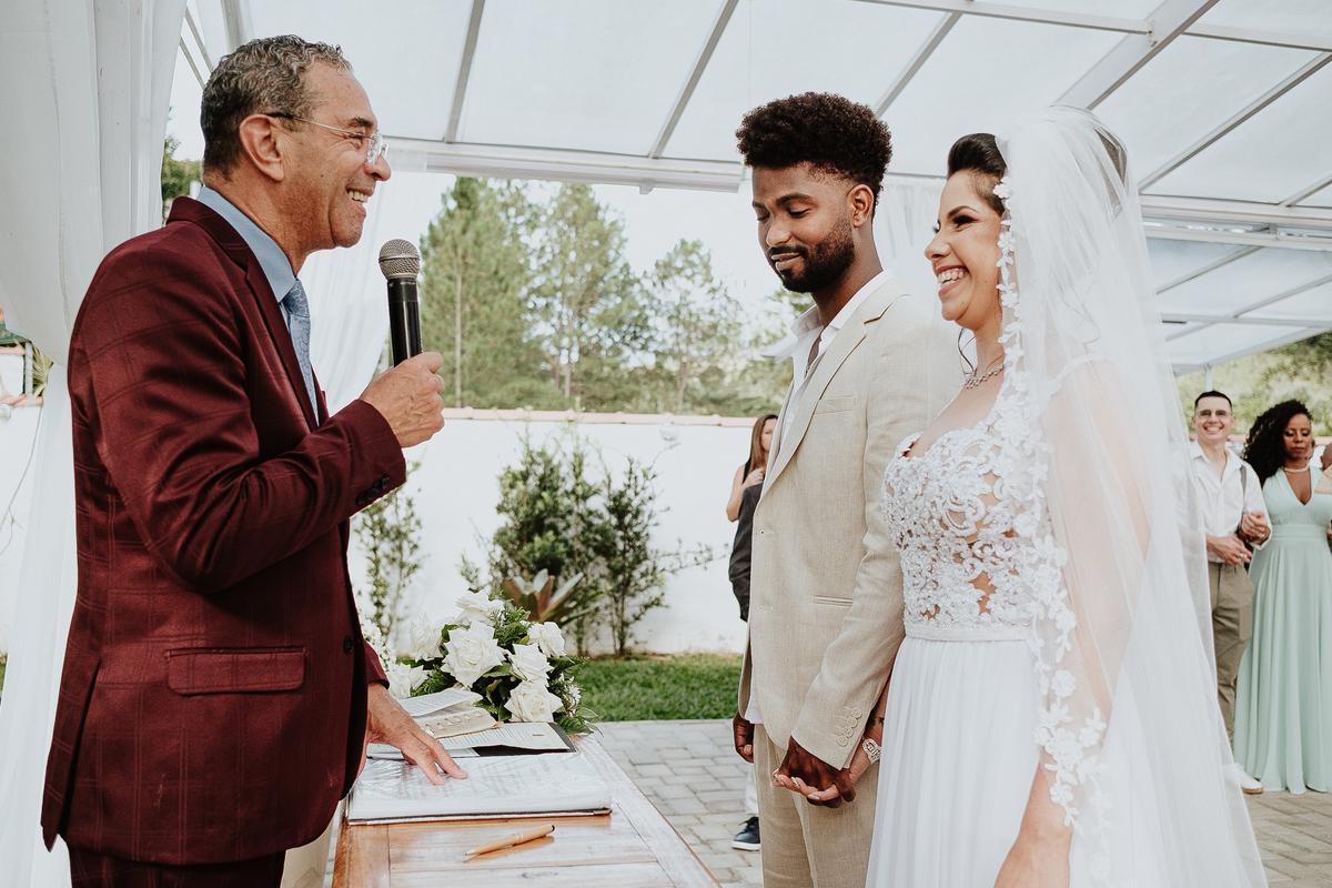 noivos sorrindo fotos espontaneas cerimonias de dia ao ar livre fotografia de casamento casar no campo cerimonia de dia