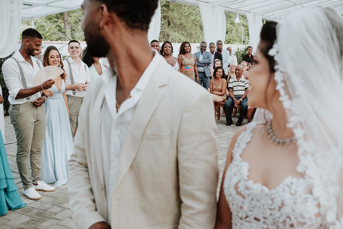 noivos sorrindo fotos espontaneas cerimonias de dia ao ar livre fotografia de casamento casar no campo fotos por caio henrique padrinhos da noiva