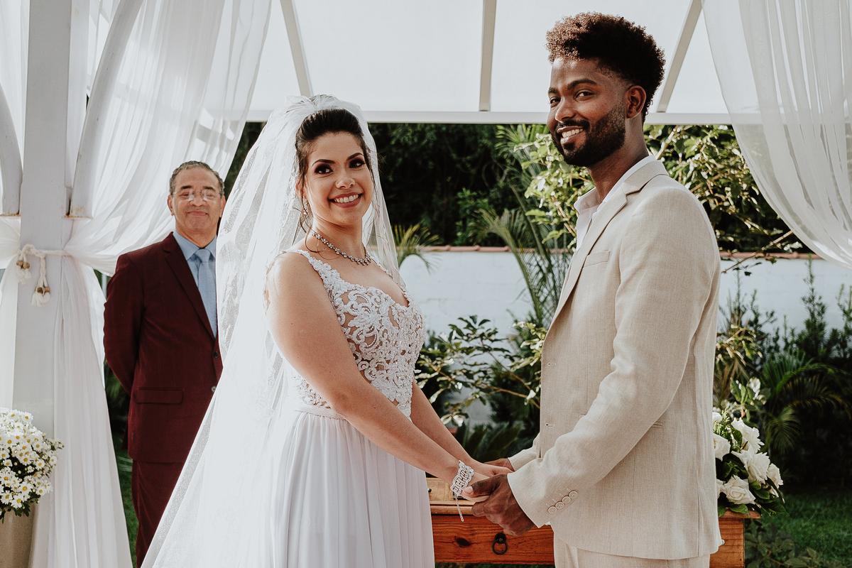 noivos sorrindo fotos espontaneas cerimonias de dia ao ar livre fotografia de casamento casar no campo fotos por caio henrique padrinhos da noiva  aliancas