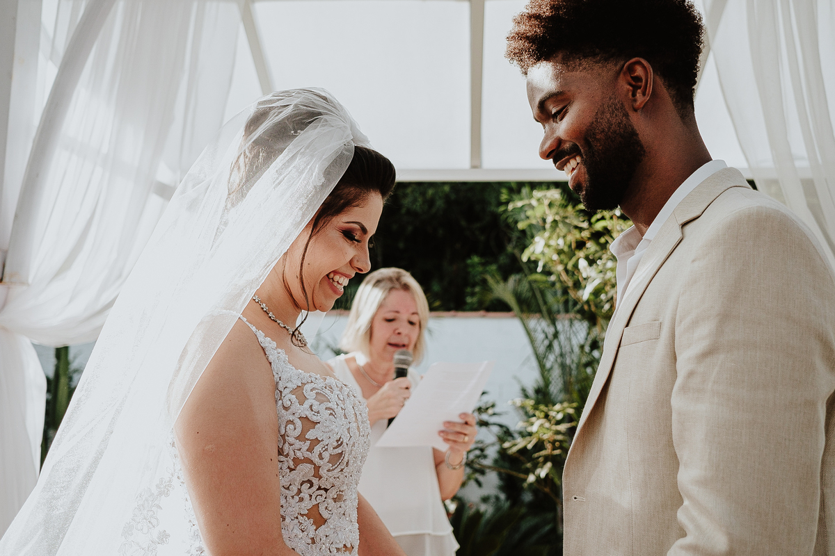 noivos sorrindo casamento no campo fotografia de casamento rancho ribeiros fotos por caio henrique votos do casal