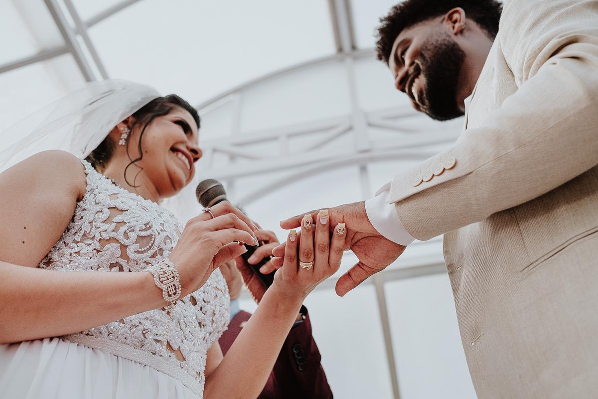 noivos sorrindo casamento no campo fotografia de casamento rancho ribeiros fotos por caio henrique votos do casal troca de aliancas