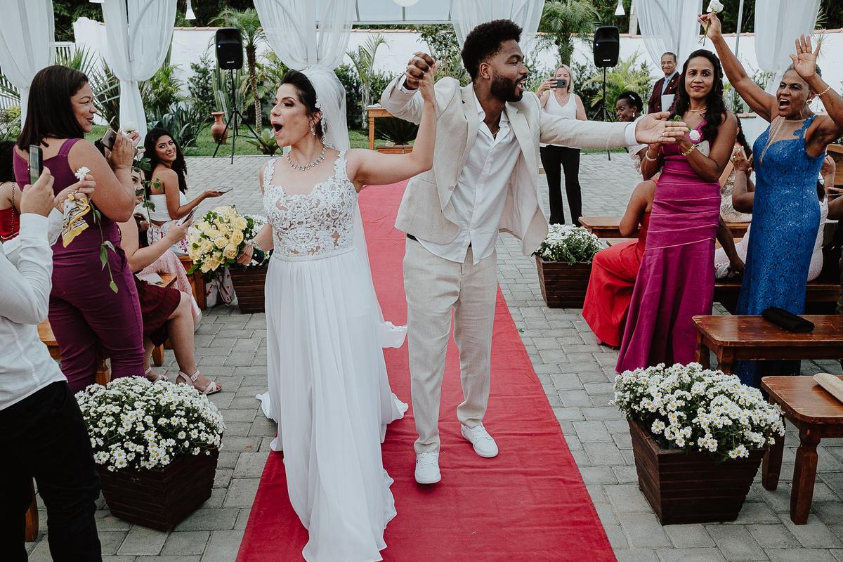 saida do casal cerimonia no campo fotografia de casamento por caio henrique rancho ribeiros