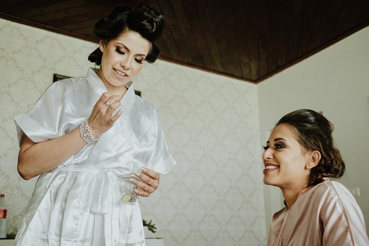 casamento de dia casar no campo fotografia de casamento fotografos de casamento em sao paulo dia da noiva maquiagem de noivas making of da noiva noiva sorrindo com a madrinha