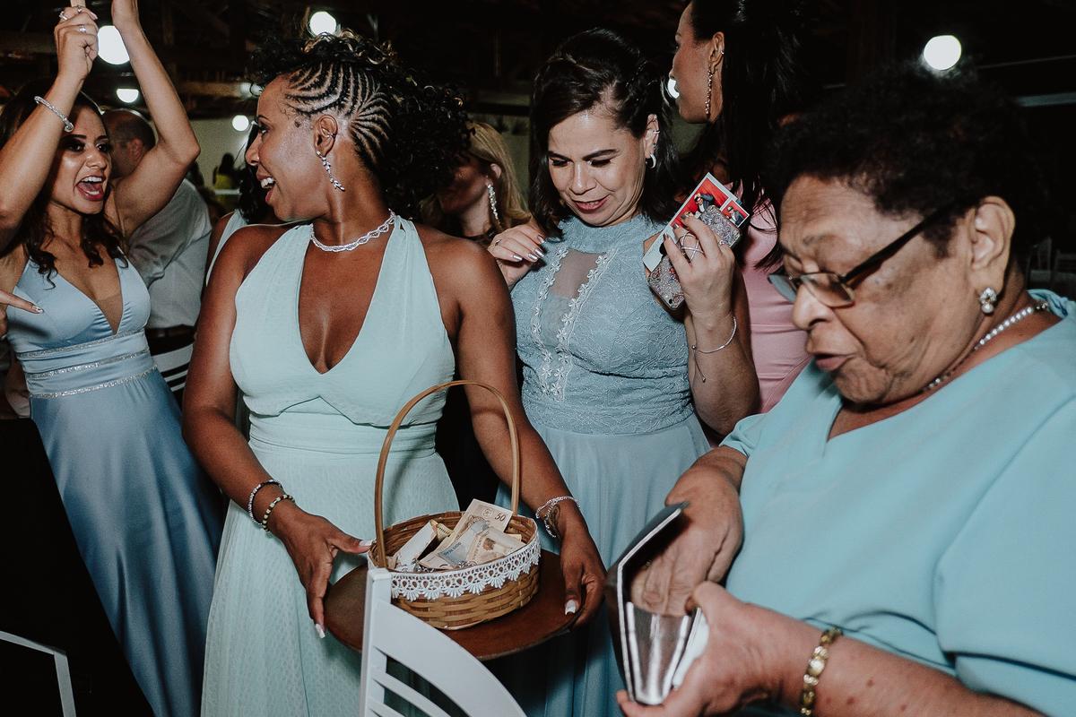 festa de casamento sapatinho da noiva madrinhas sorrindo balada de casamento