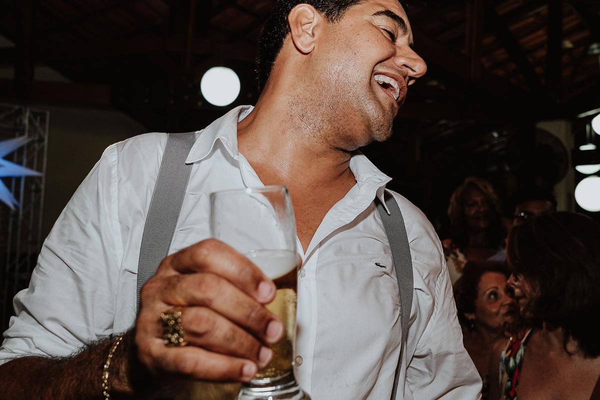 festa de casamento sapatinho da noiva madrinhas sorrindo balada de casamento hora da gravata casamentos de noite fotos por caio henrique