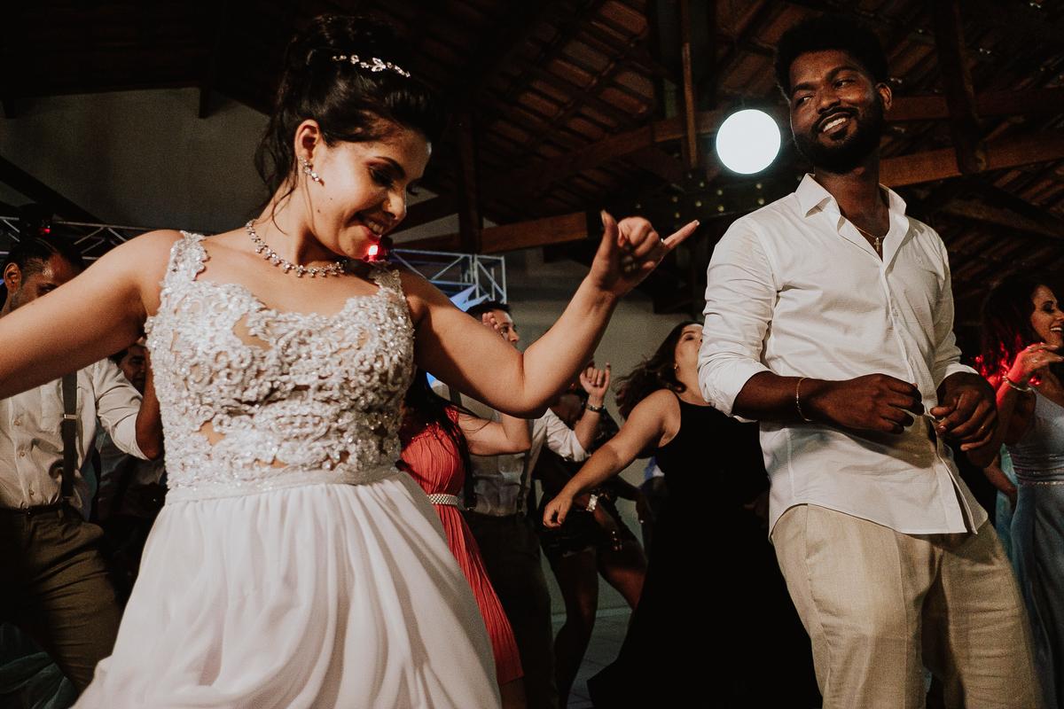 festa de casamento sapatinho da noiva madrinhas sorrindo balada de casamento hora da gravata casamentos de noite fotos por caio henrique danca dos noivos valsa do casal noiva bailarina