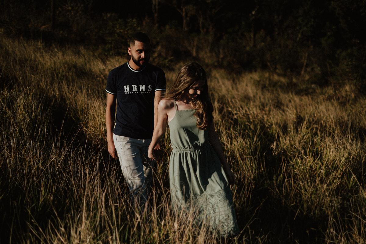 casal sorrindo fotos de ensaio casal no campo mairipora fotos por caio henrique