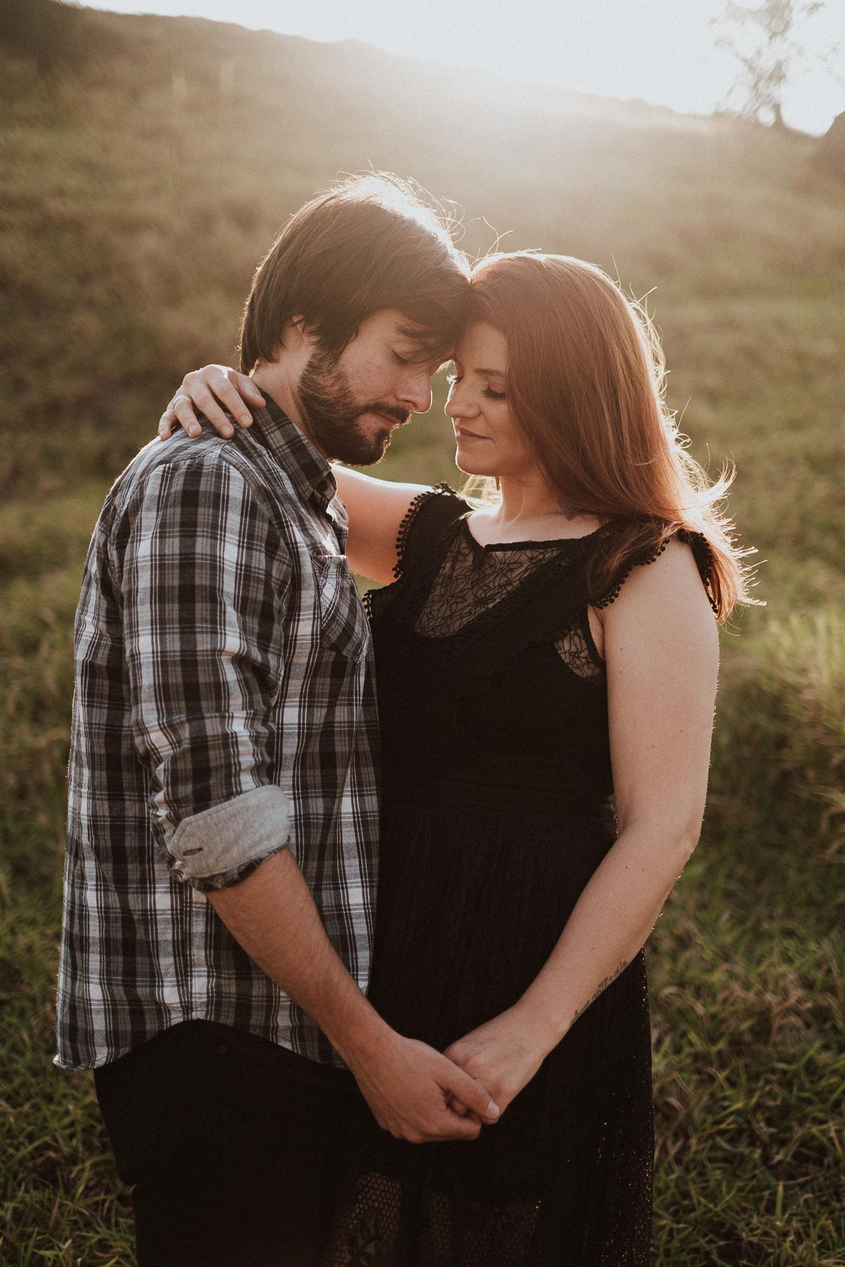 ensaio casal ensaio fotografico pre wedding no campo ensaio no por do sol