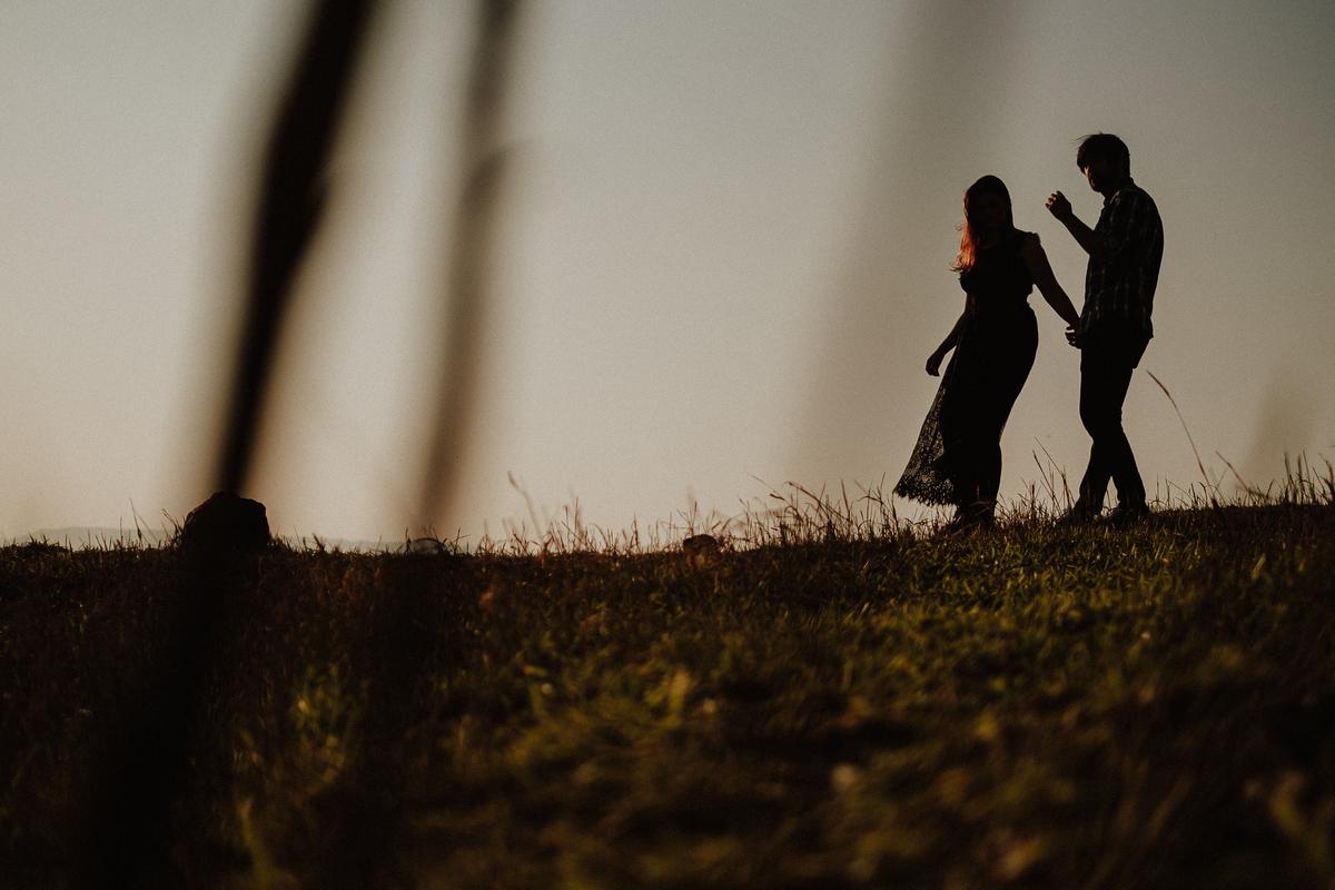 fotografia autoral ensaio casal pre wedding no campo fotografia de casamento fotos por caio henrique fotografo zona leste fim de tarde