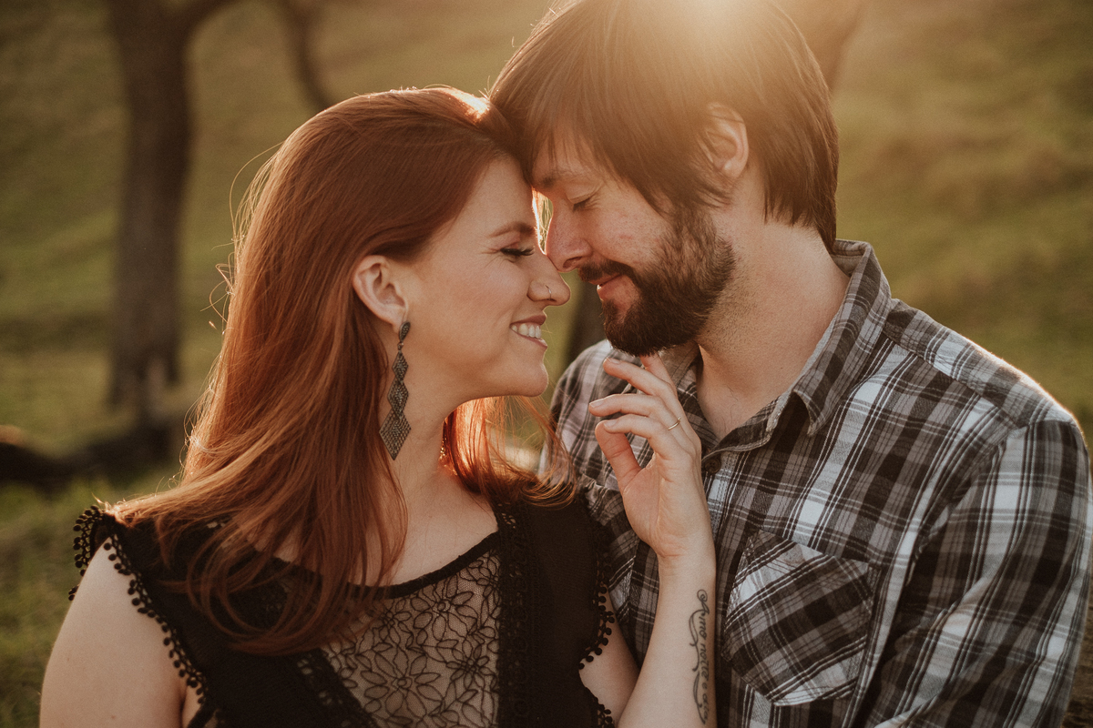 casal de fotografos noivos autenticos ideias de ensaio pre casamento pre wedding no campo fotos por caio henrique fotografo de casamentos de dia zona leste noivos sorrindo