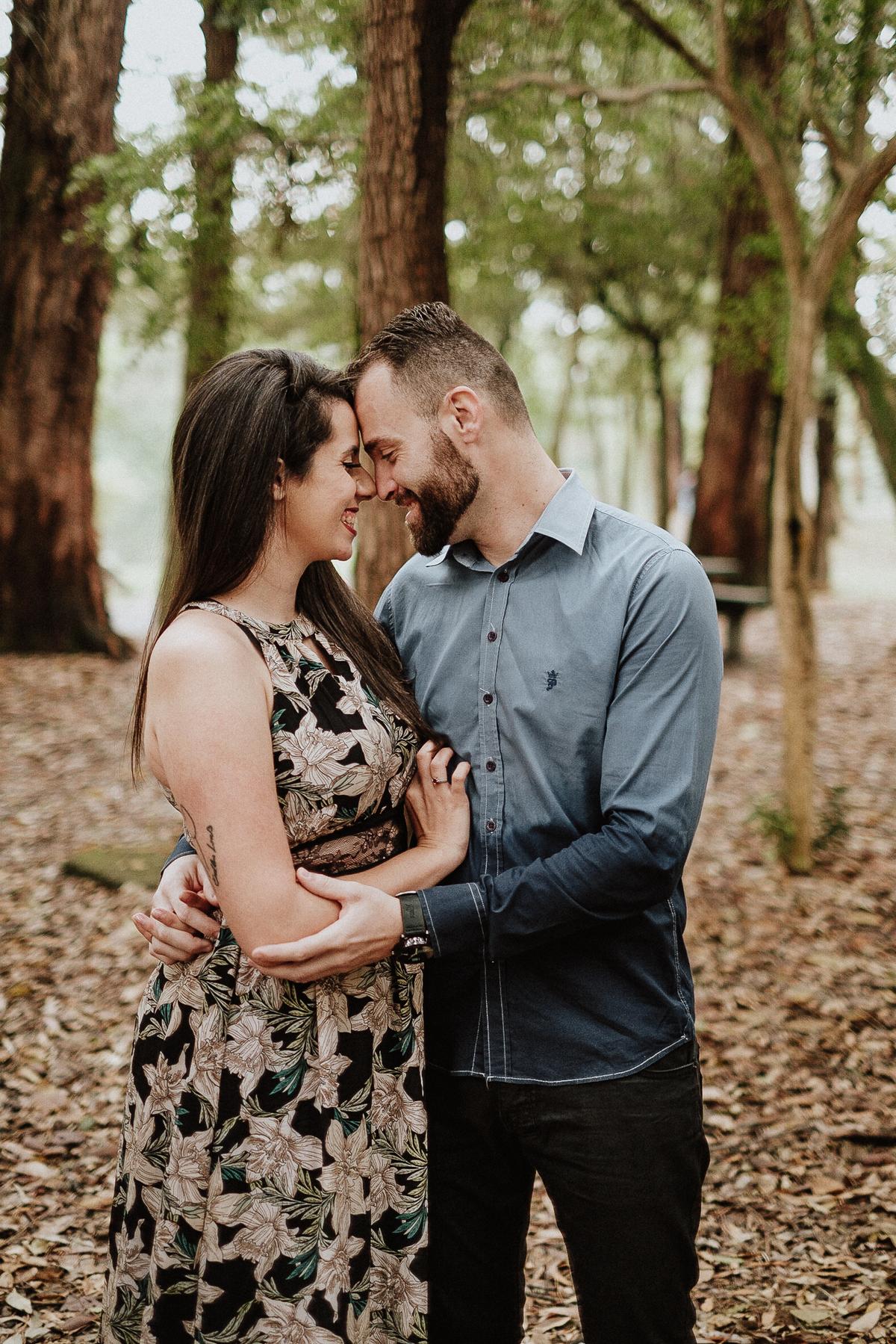 ensaio pre casamento ensaio no campo fotografos de casamento em sao paulo noivos sorrindo ibirapuera pre wedding no ibirapuera