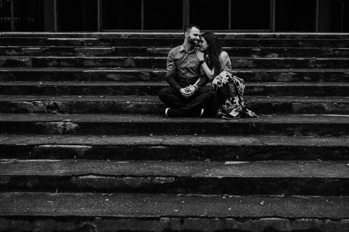 casal sorrindo ensaio pre wedding fotografos autenticos ensaios pre casamento no campo ibirapuera