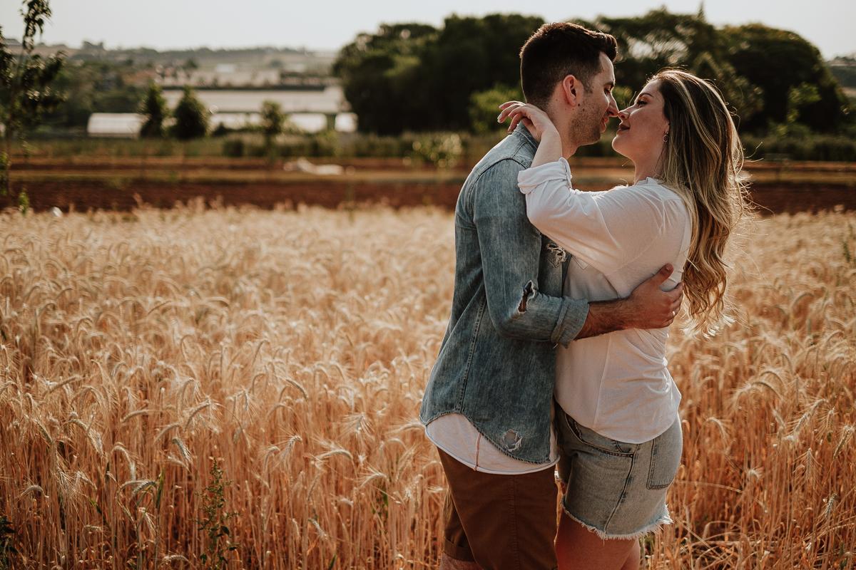 Campo de trigo holambra sao paulo fotografia de casamento fotos de casal sorrindo ensaio pre casamento no campo fotografos de sao paulo fotos por caio henrique