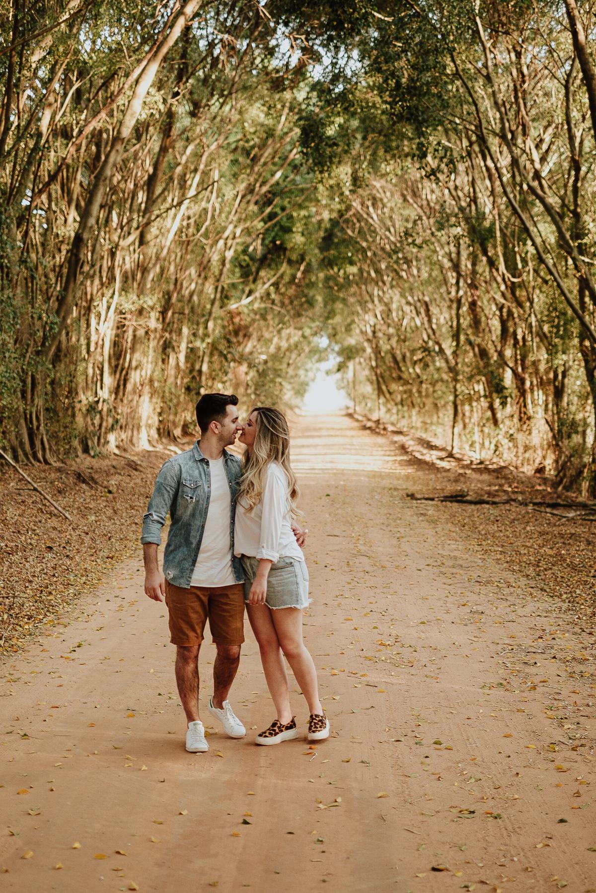 ensaio pre casamento no campo fotos por caio henrique fotografo de casamentos intimista holambra sao paulo capela