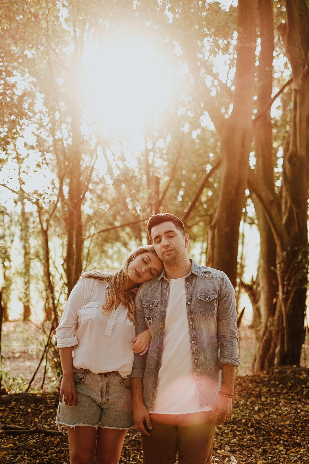 fotos no campo casal no por do sol em holambra fotografos de casamentos intimista pre wedding de dia