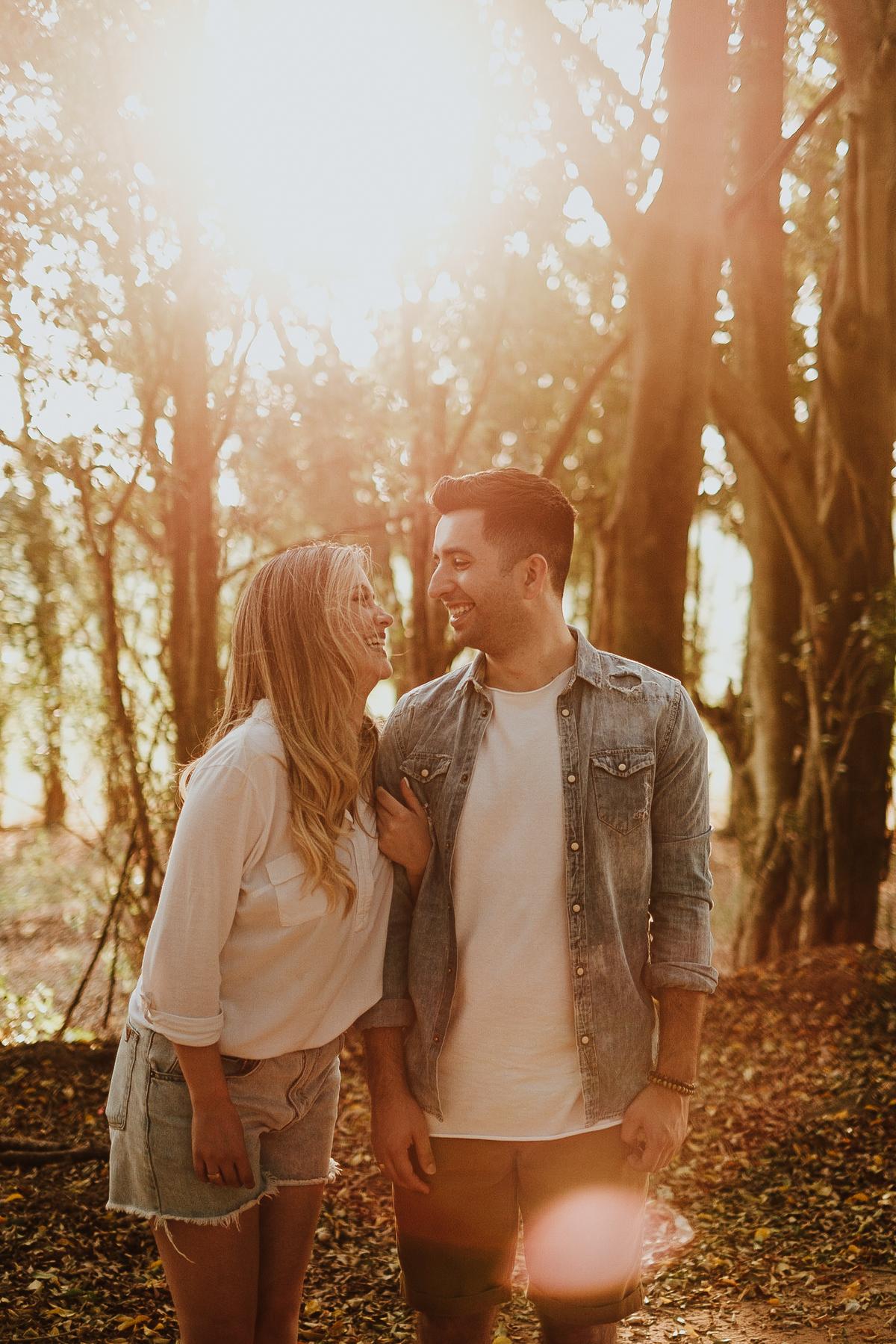 fotos no campo casal no por do sol em holambra fotografos de casamentos intimista pre wedding de dia fotos espontaneas
