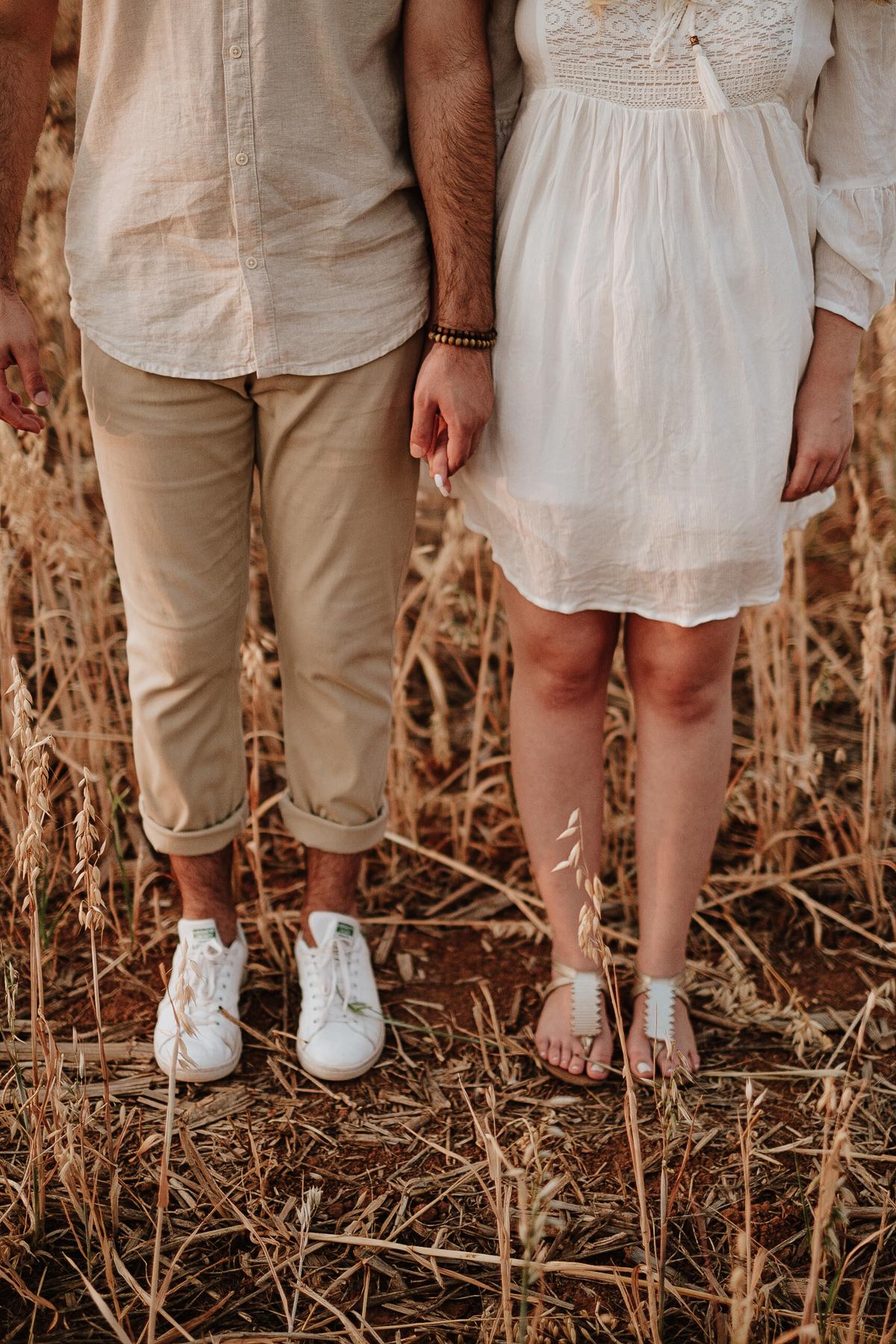fotos no campo casal no por do sol em holambra fotografos de casamentos intimista pre wedding de dia fotos espontaneas campo de trigo
