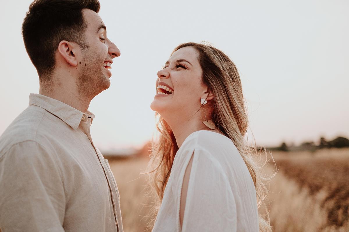 fotos no campo casal no por do sol em holambra fotografos de casamentos intimista pre wedding de dia fotos espontaneas campo de trigo casal sorrindo no por do sol