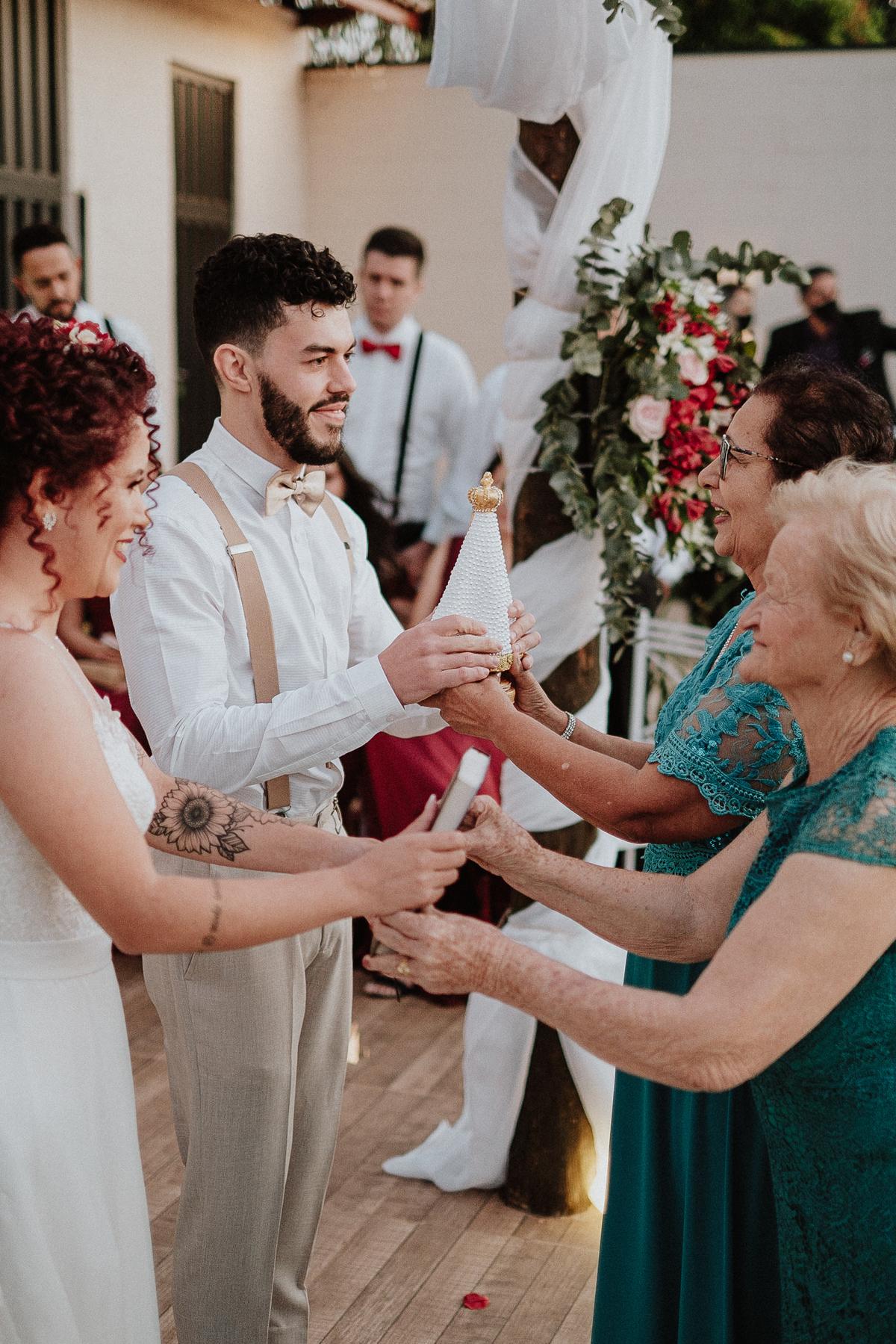 trajes de noivos ideias para casar casamentos com estilo fotos por ch caio henrique fotografo de casamento  noivos sorrindo