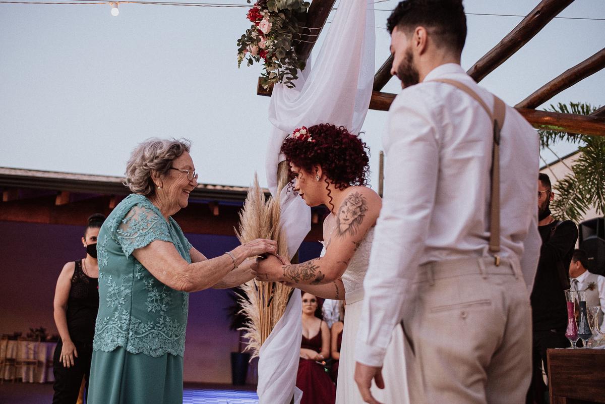 trajes de noivos ideias para casar casamentos com estilo fotos por ch caio henrique fotografo de casamento  noivos sorrindo cerimonia fim de tarde