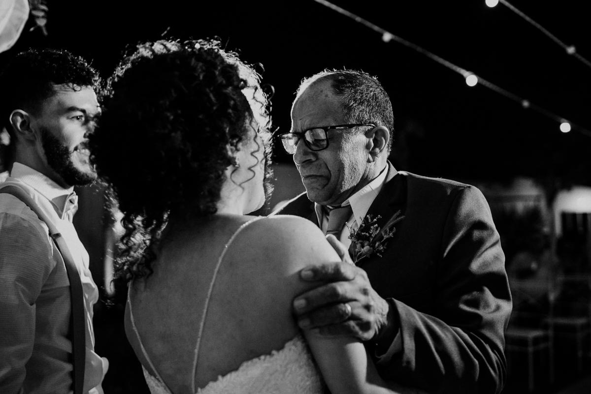 troca de aliancas cerimonias fim de tarde fotografia documental varal de luzes ideias para casar votos do casal rancho verde eventos fotos por caio henrique avo da noiva