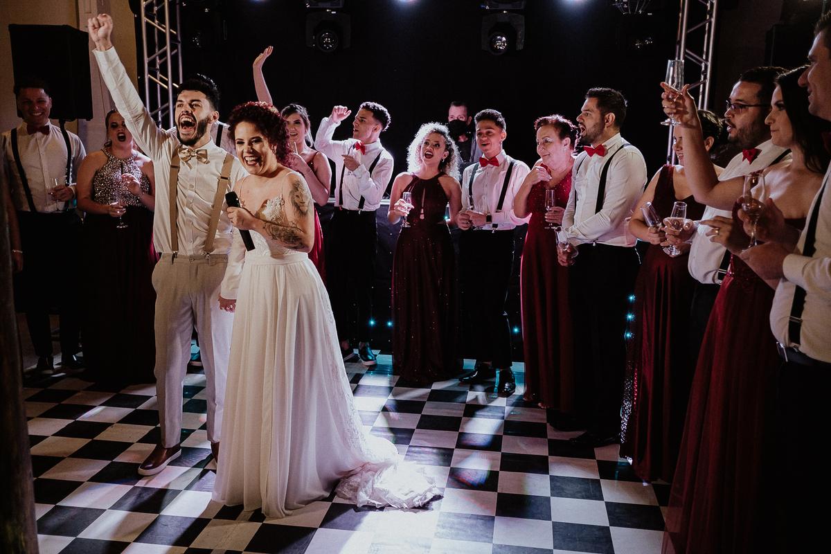 festa de casamento brinde com os noivos e padrinhos balada de casamento