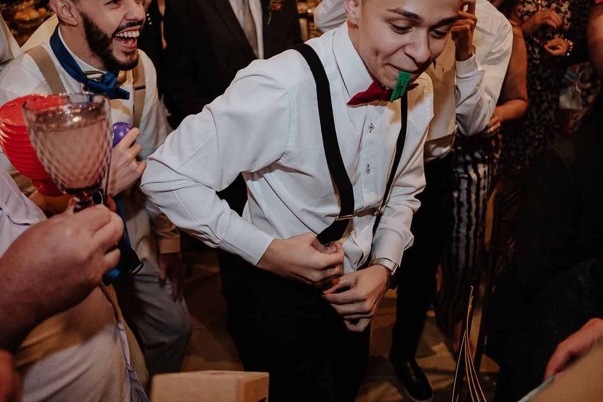 festa de casamento brinde com os noivos e padrinhos balada de casamento hora da gravata