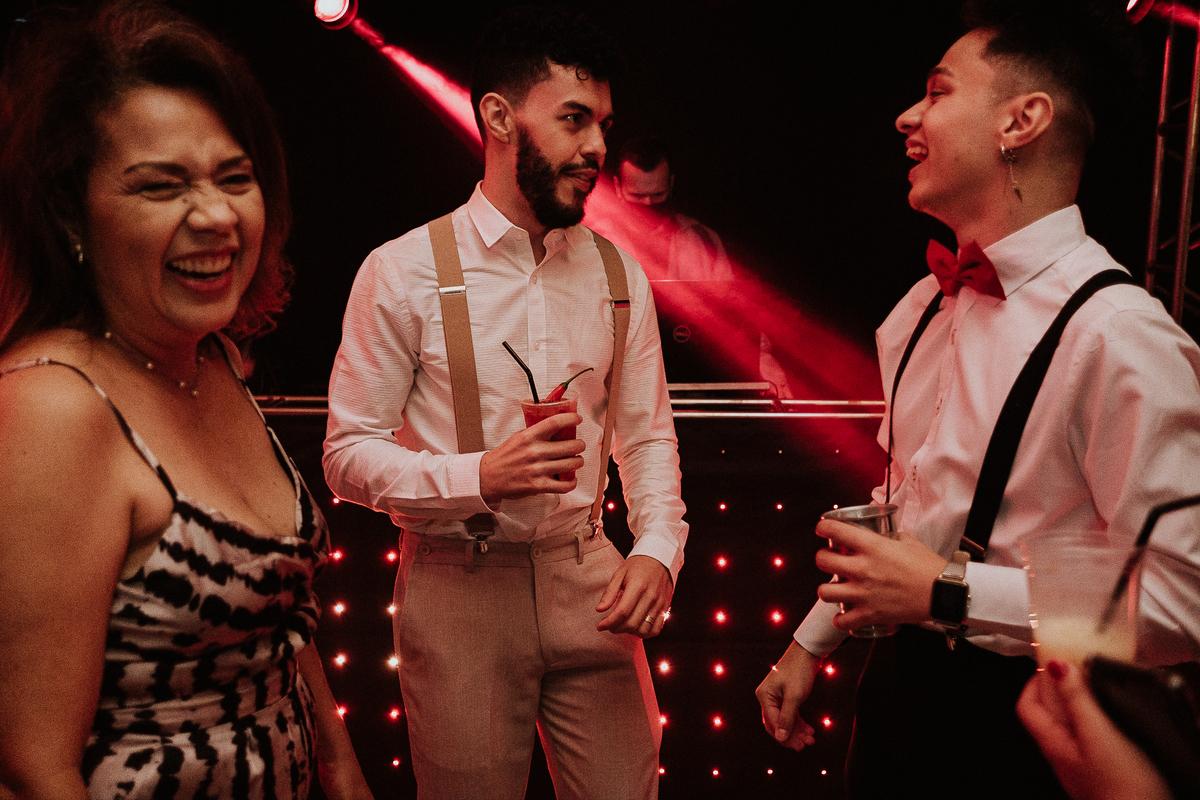 festa de casamento brinde com os noivos e padrinhos balada de casamento hora da gravata danca dos noivos primeira valsa