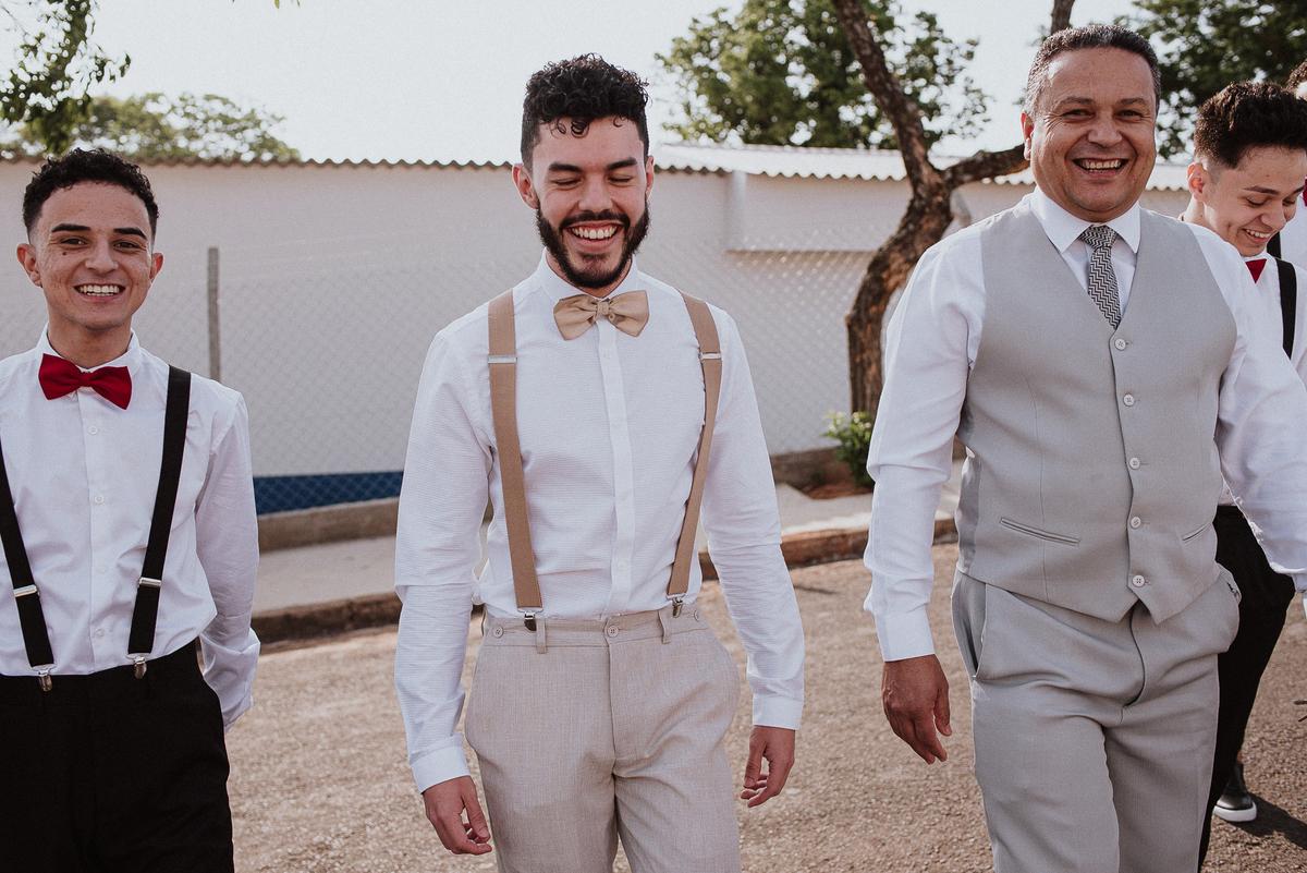 retrato de noivos fotografia de casamento casar em campinas mini wedding fotografos do interior noivo sorrindo fotos espontaneas noivo com os padrinhos