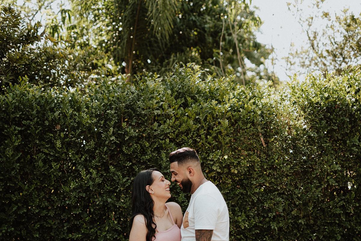 ensaios no campo pre wedding fotografos de casamento holambra  fotos por caio henrique  ensaio casal sorrindo  fotos espontaneas