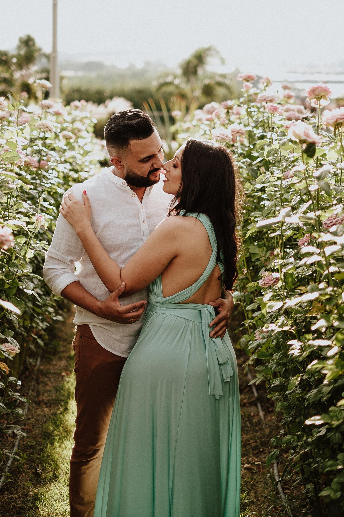 ensaios no campo pre wedding fotografos de casamento holambra  fotos por caio henrique  ensaio casal sorrindo