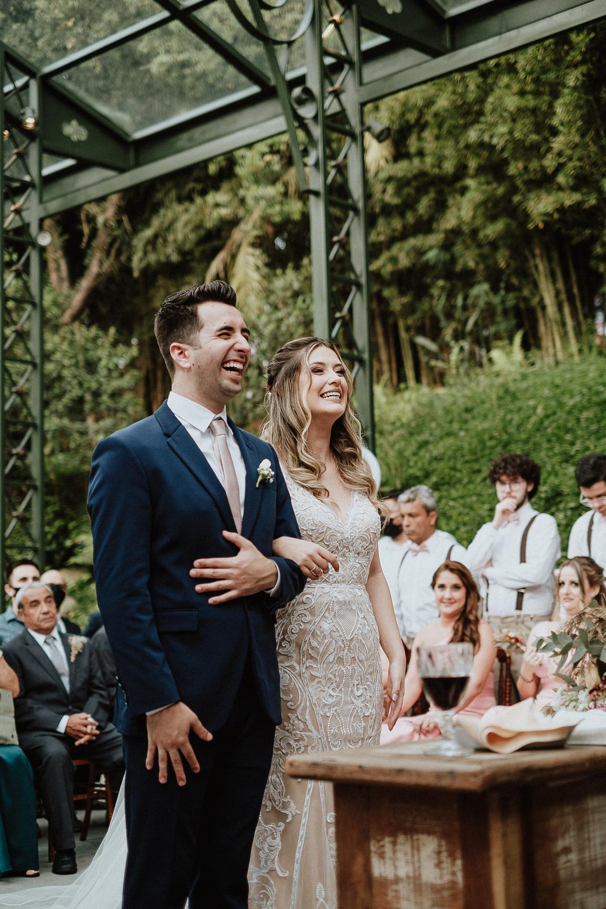 casamento de dia fotos por caio henrique cerimonia no campo sitio sao jorge noivos sorrindo na cerimonia