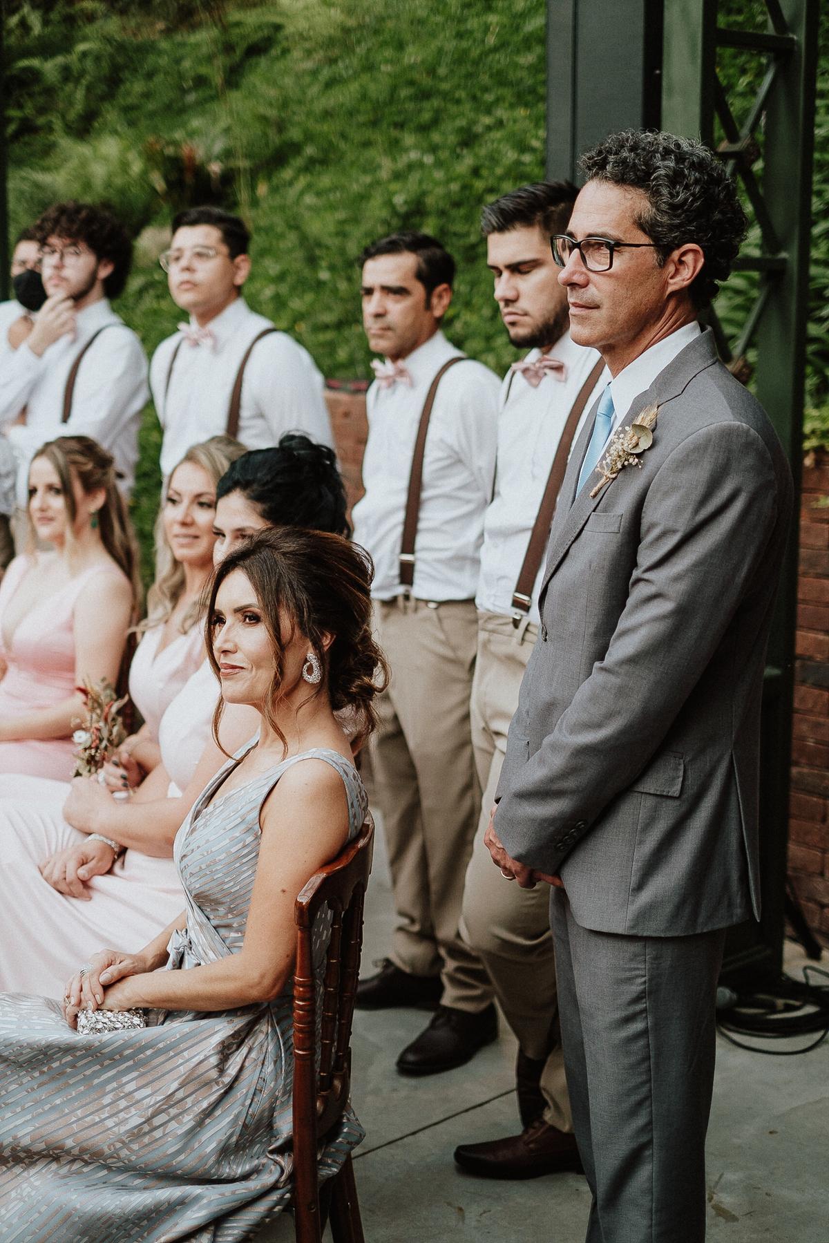 casamento de dia fotos por caio henrique cerimonia no campo sitio sao jorge noivos sorrindo na cerimonia  pais da noiva