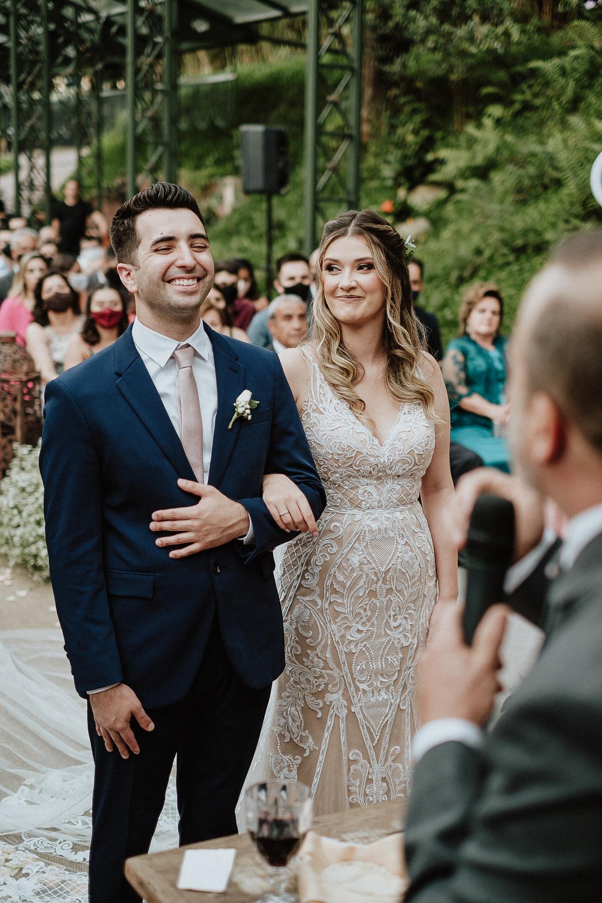 casamento de dia fotos por caio henrique cerimonia no campo sitio sao jorge noivos sorrindo na cerimonia  pais da noiva olhar da noiva
