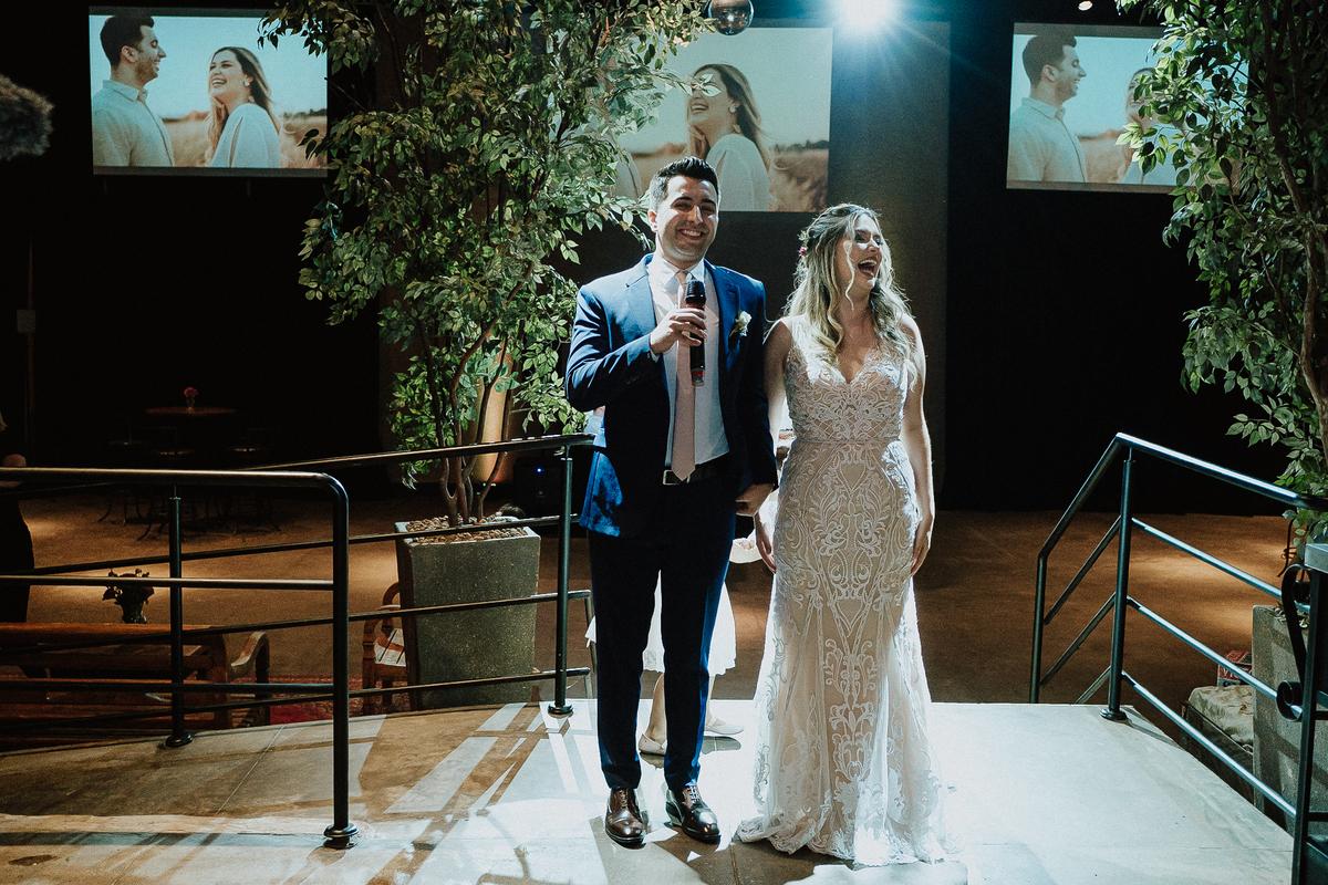 Bencao dos pais casamentos no campo fotos por caio henrique sitio sao jorge saida dos noivos sorrindo  ensaio pos cerimonia casal que samba