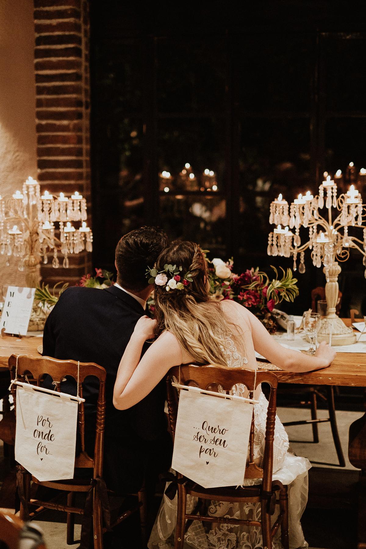 Bencao dos pais casamentos no campo fotos por caio henrique sitio sao jorge saida dos noivos sorrindo  ensaio pos cerimonia casal que samba decoracao de casamento mesa dos noivos