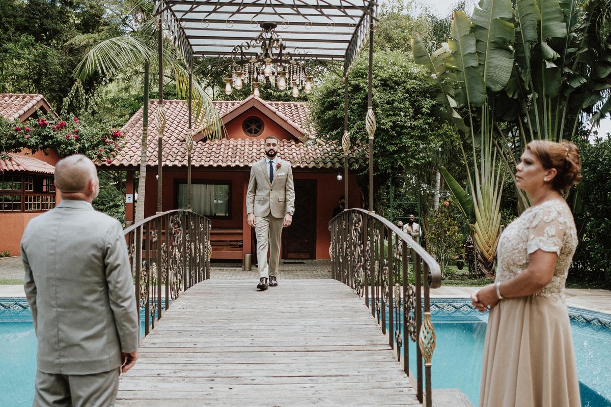 cerimonia no campo entrada do noivo casamentos de dia fotografos de casamento em mairipora noivo com os pais