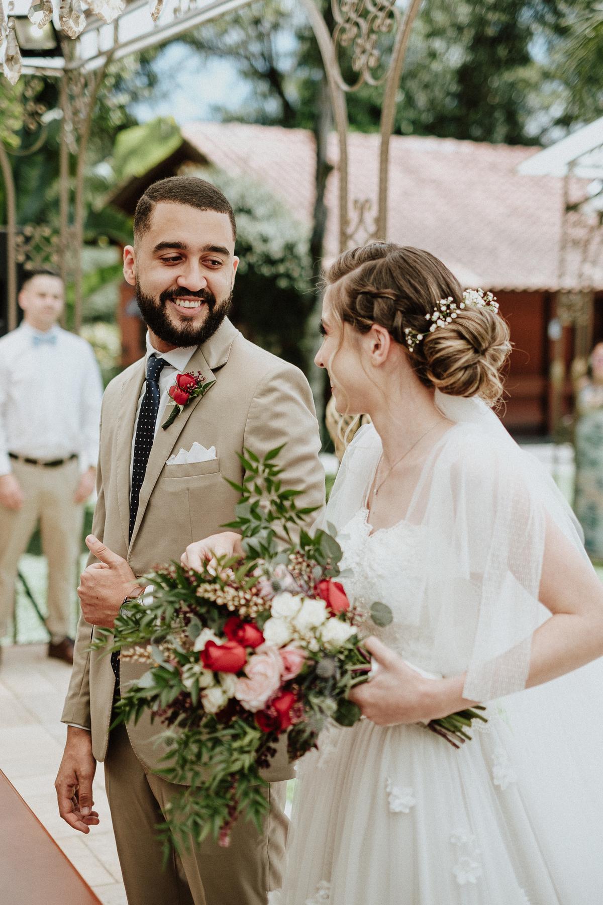 reacao do noivo cerimonia de dia casamentos em mairipora vestido de noiva fotografia de casamento noiva com os pais elopement wedding  vestido de noiva fotos por caio henrique