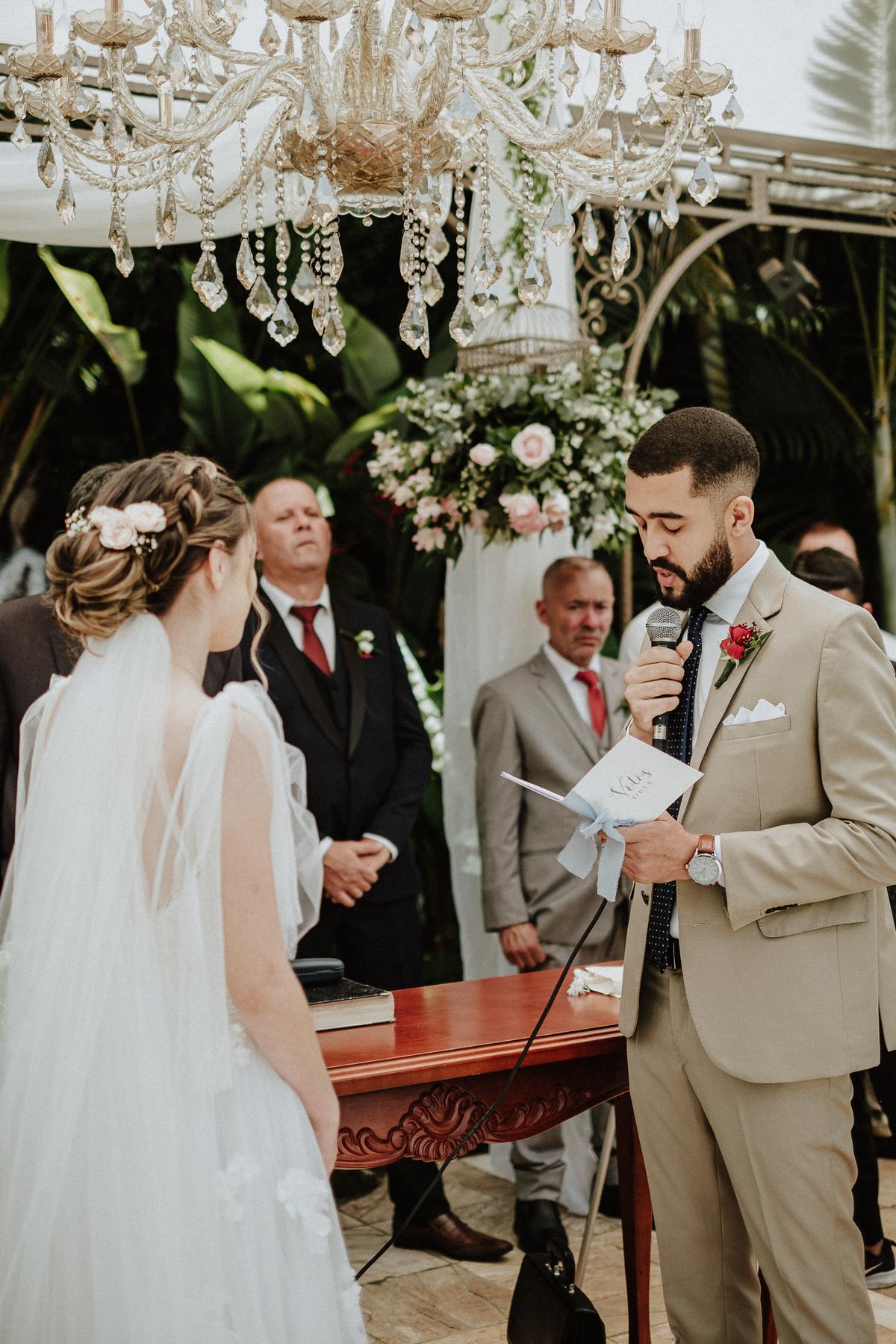 reacao do noivo cerimonia de dia casamentos em mairipora vestido de noiva fotografia de casamento noiva com os pais elopement wedding  vestido de noiva fotos por caio henrique votos do casal