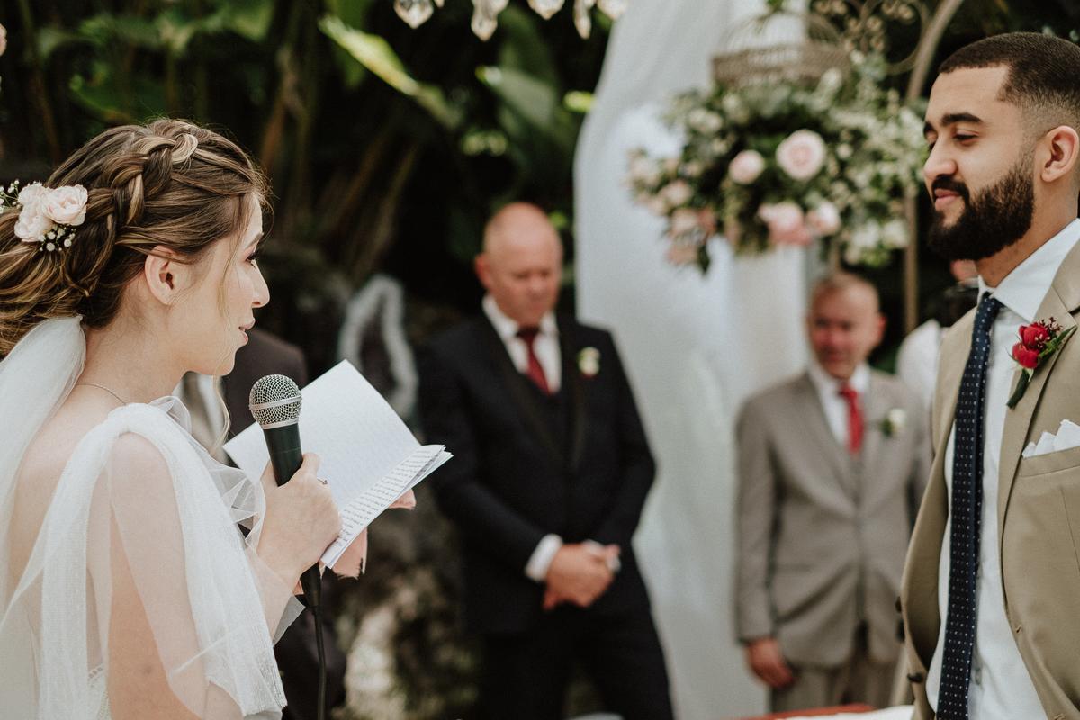 reacao do noivo cerimonia de dia casamentos em mairipora vestido de noiva fotografia de casamento noiva com os pais elopement wedding  vestido de noiva fotos por caio henrique votos do casal madrinhas da noiva