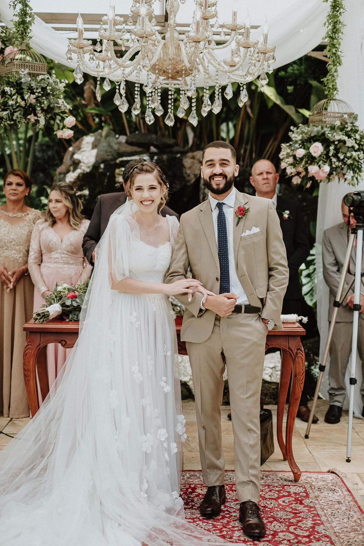 reacao do noivo cerimonia de dia casamentos em mairipora vestido de noiva fotografia de casamento noiva com os pais elopement wedding  vestido de noiva fotos por caio henrique votos do casal madrinhas da noiva aliancas
