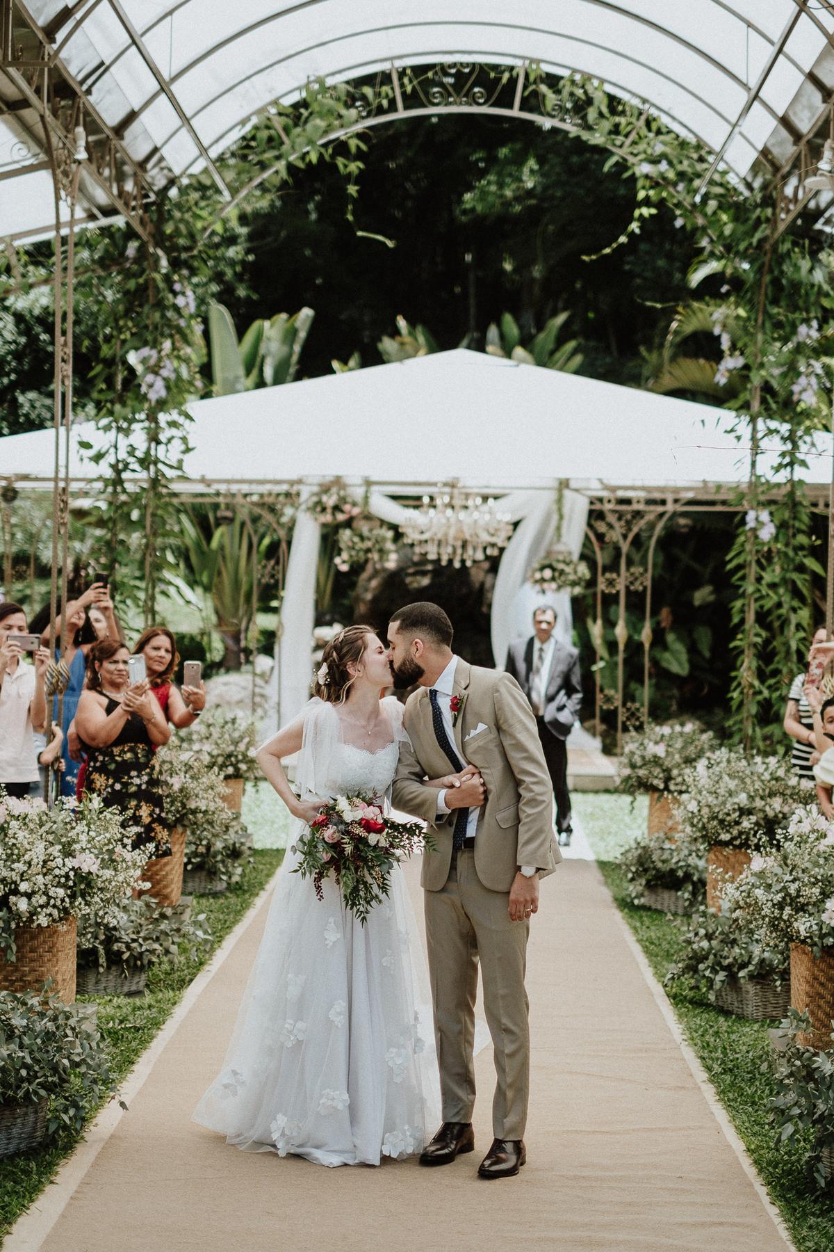 reacao do noivo cerimonia de dia casamentos em mairipora vestido de noiva fotografia de casamento noiva com os pais elopement wedding  vestido de noiva fotos por caio henrique votos do casal madrinhas da noiva aliancas beijo do casal