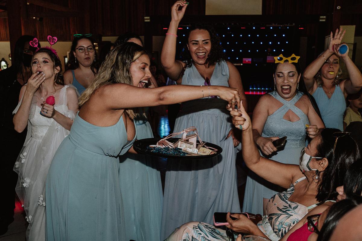 balada de casamento noiva com a madrinha fotografos de casamento festa gravata com os padrinhos
