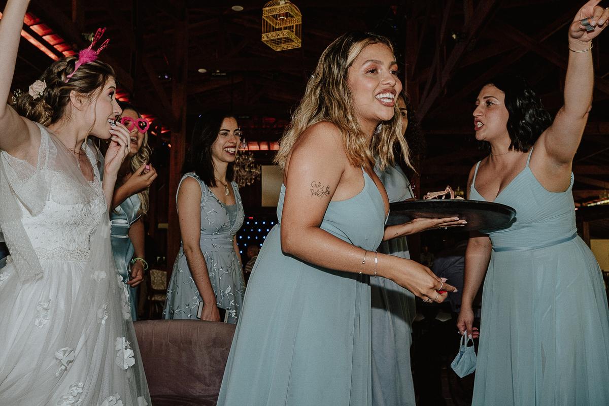 balada de casamento noiva com a madrinha fotografos de casamento festa gravata com os padrinhos sapatinho da noiva