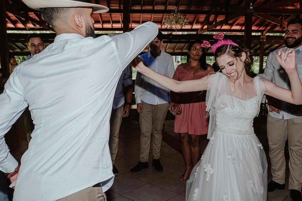 balada de casamento noiva com a madrinha fotografos de casamento festa gravata com os padrinhos sapatinho da noiva danca do casal