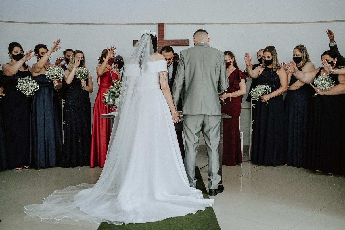 entrada da noiva casamentos de dia fotografia de casamento fotos por caio henrique entrada da noiva mini wedding noivos sorrindo votos do casal troca de aliancas